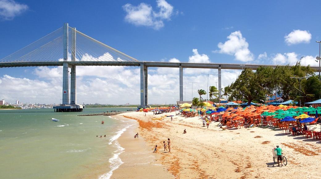Praia da Redinha caracterizando paisagens litorâneas, uma ponte e uma praia de areia
