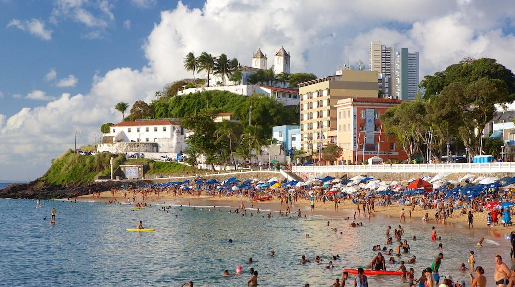Porto da Barra Beach montrant une plage, nage et une ville côtière