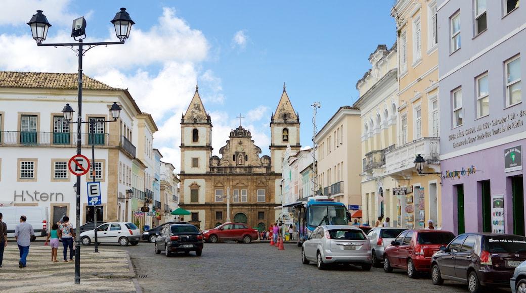 Terreiro de Jesus mostrando cenas de rua, uma praça ou plaza e uma igreja ou catedral