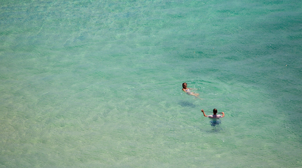 Strand von Sancho welches beinhaltet allgemeine Küstenansicht und Schwimmen sowie Paar