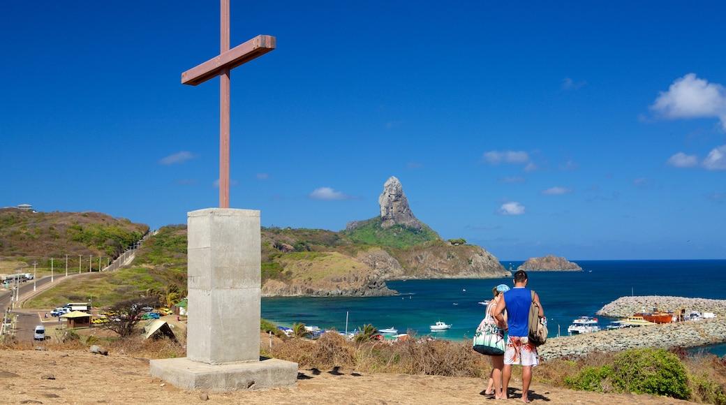Kapelle Sao Pedro welches beinhaltet religiöse Elemente, Berge und allgemeine Küstenansicht