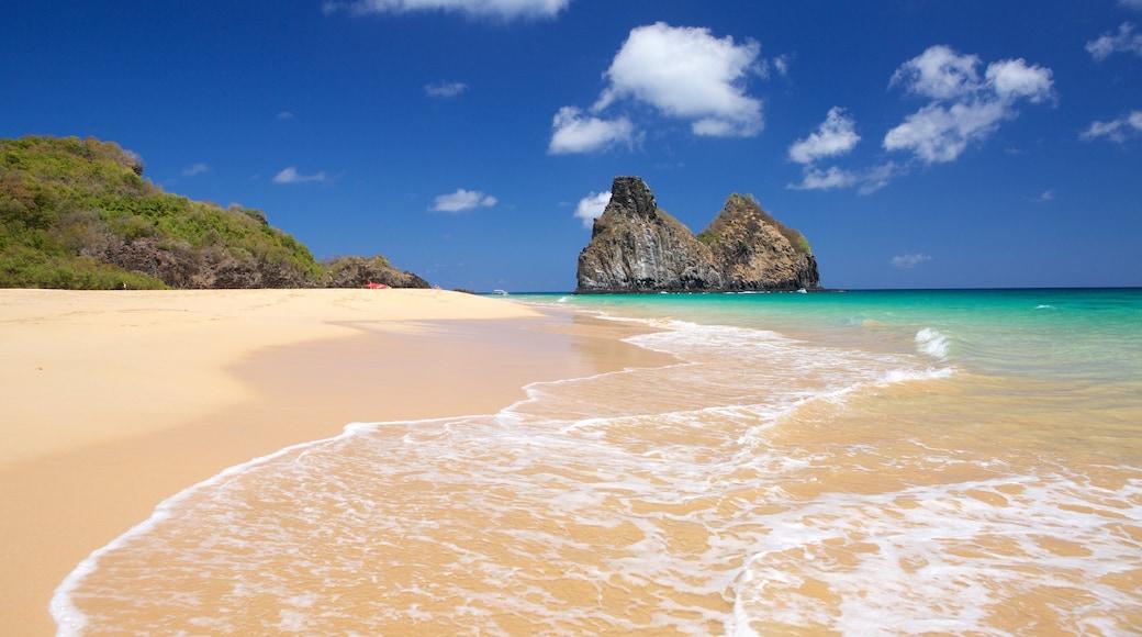 Strand von Cacimba do Padre mit einem Sandstrand, Inselansicht und allgemeine Küstenansicht