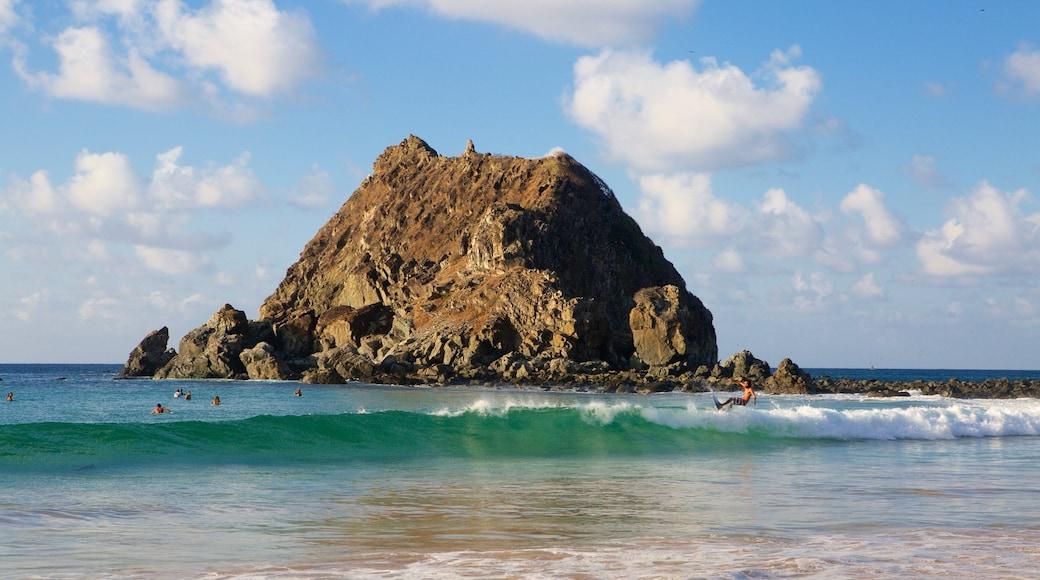 Praia da Conceição welches beinhaltet allgemeine Küstenansicht, Wellen und Surfen