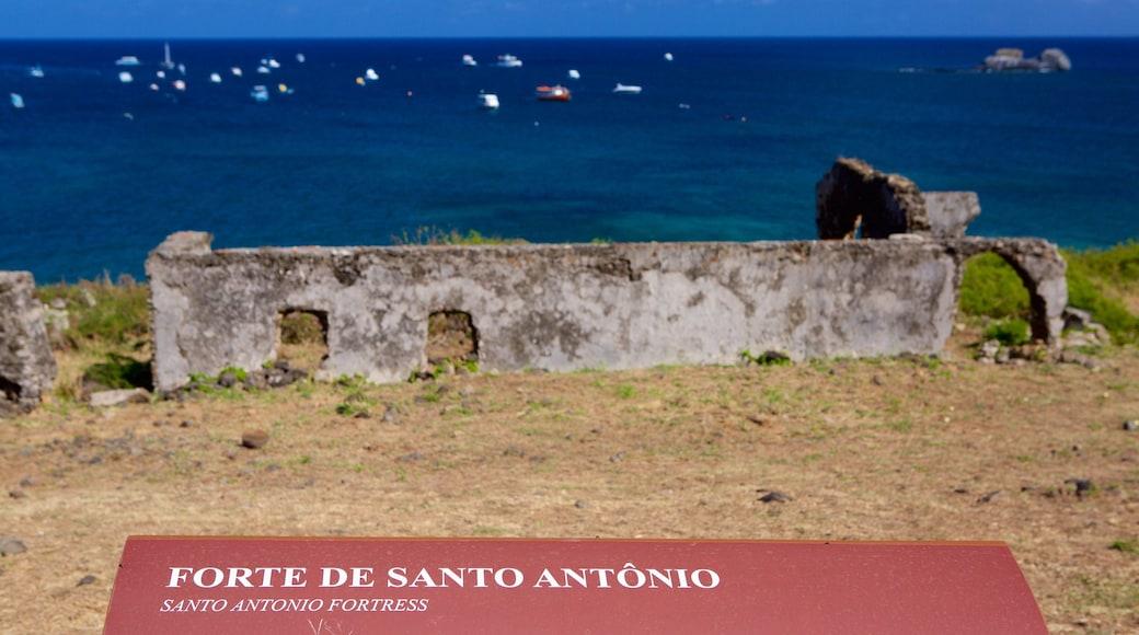 Forte de Santo António mit einem allgemeine Küstenansicht, Gebäuderuinen und Geschichtliches