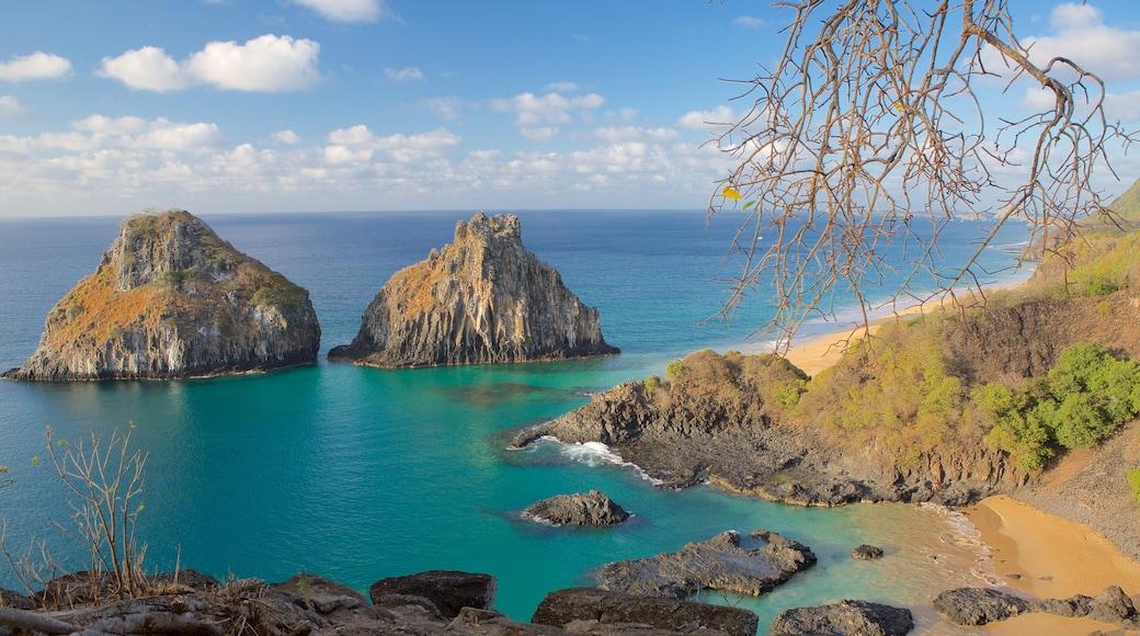 Baia dos Porcos mit einem schroffe Küste, Inselbilder und allgemeine Küstenansicht
