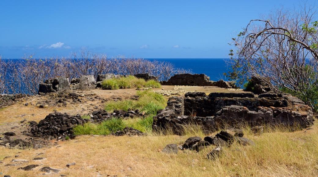 Forte Sao Pedro do Boldro mit einem Ruine, allgemeine Küstenansicht und schroffe Küste