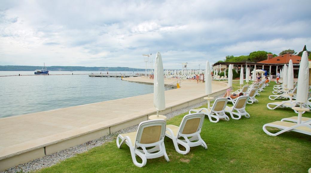 Portoroz Beach das einen allgemeine Küstenansicht, Bootfahren und Küstenort