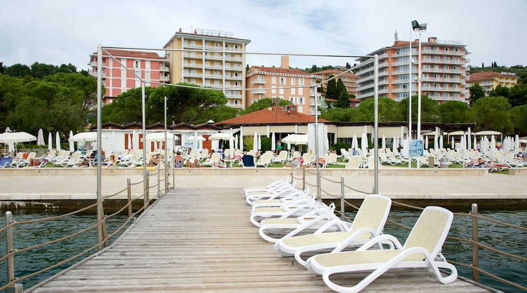 Portoroz Beach welches beinhaltet Küstenort, Hotel und allgemeine Küstenansicht