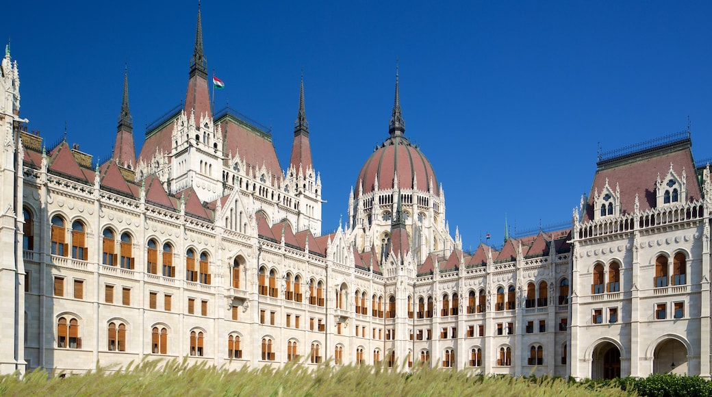 Parlementsgebouw toont historische architectuur en een overheidsgebouw