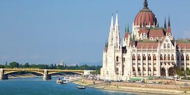 Budapest welches beinhaltet historische Architektur, Fluss oder Bach und Verwaltungsgebäude