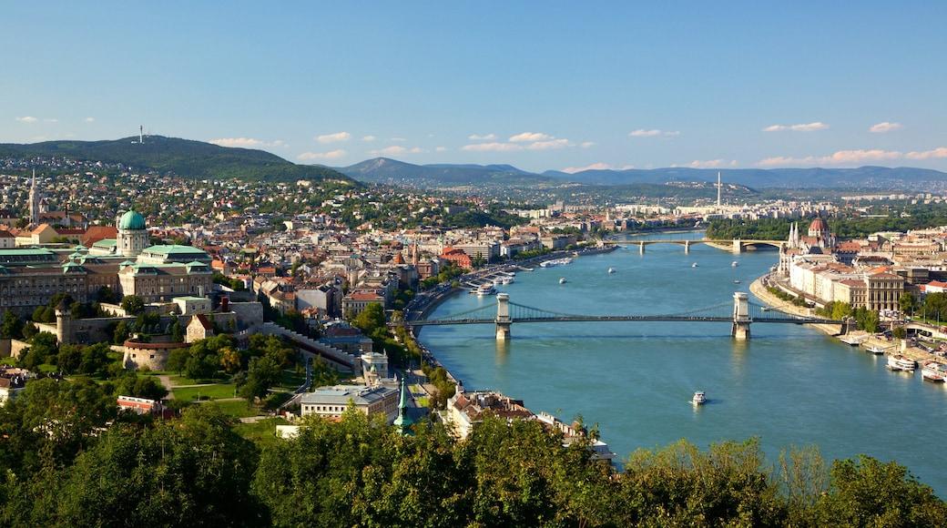 Zitadelle mit einem Fluss oder Bach, Brücke und Stadt