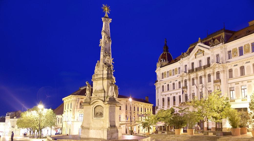 Piazza Szechenyi caratteristiche di paesaggio notturno, edificio amministrativo e architettura d\'epoca