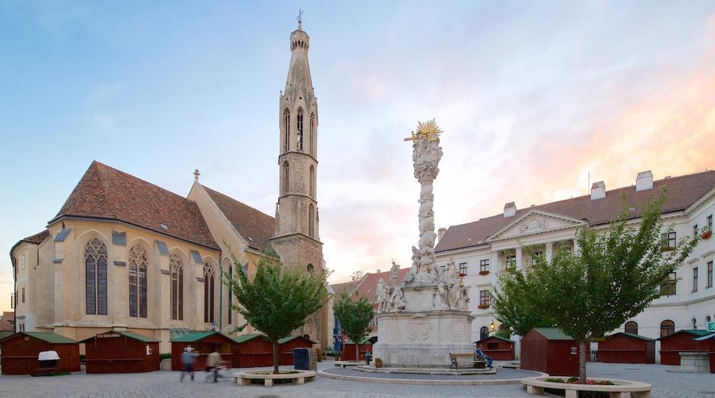 Kecsketemplom mostrando arquitetura de patrimônio, uma igreja ou catedral e uma praça ou plaza
