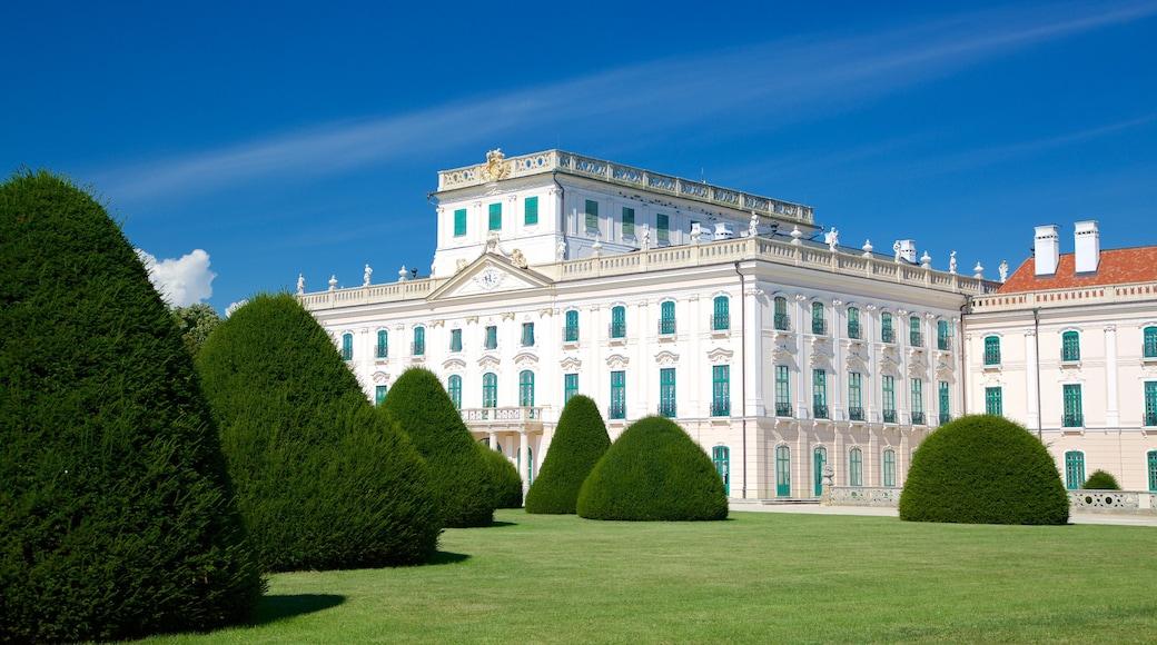 Esterhazyn palatsi johon kuuluu vanha arkkitehtuuri, linna ja puisto