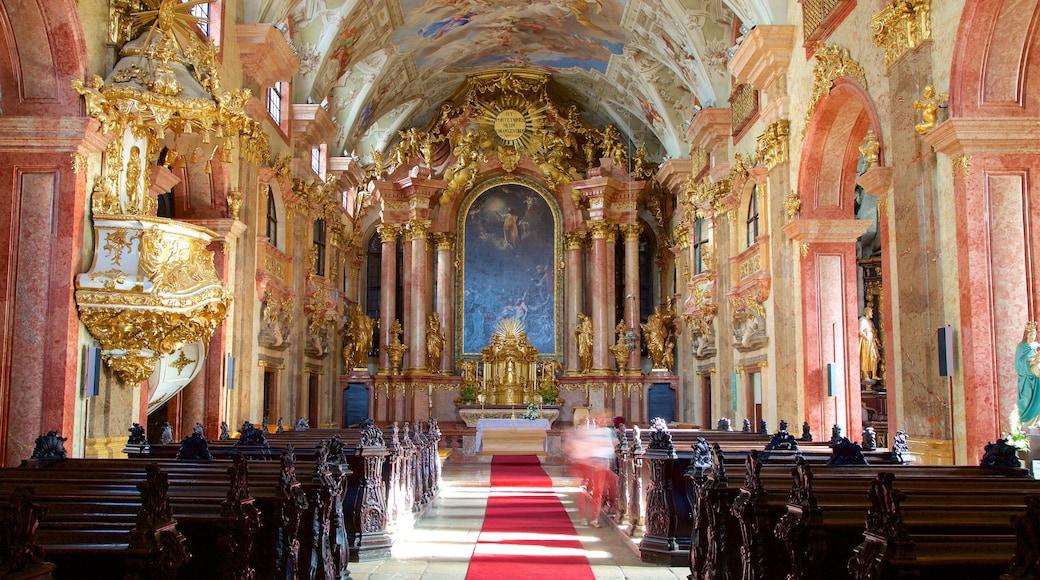 Győrin benediktiiniläiskirkko featuring sisäkuvat, uskonnolliset aiheet ja kirkko tai katedraali