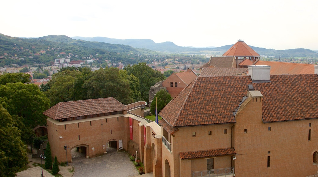 Esztergom featuring pieni kaupunki tai kylä ja perintökohteet