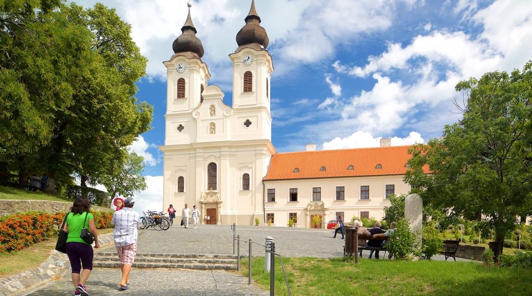 Tihany Abbey bevat een kerk of kathedraal en historische architectuur en ook een stel