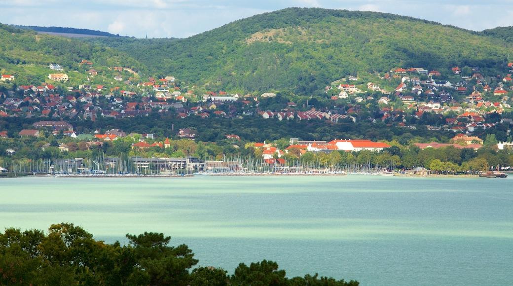Tihany featuring rannikkokaupunki, järvi tai vesikuoppa ja venesatama
