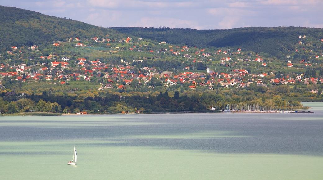 Tihany johon kuuluu rannikkokaupunki, järvi tai vesikuoppa ja purjehdus
