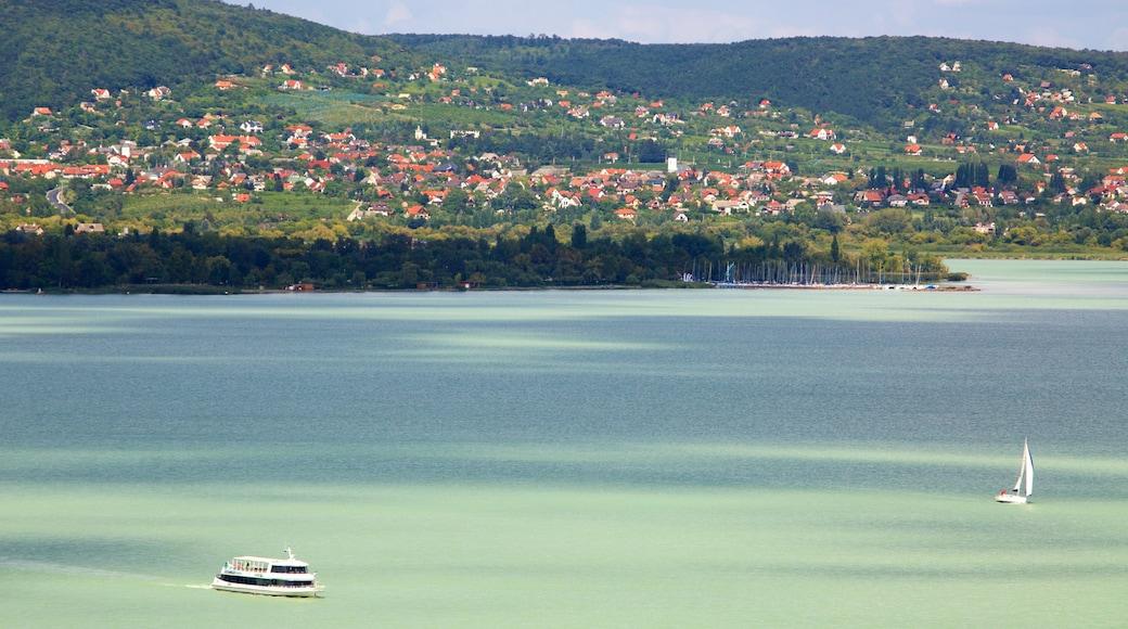 Tihany das einen Segeln, Küstenort und See oder Wasserstelle
