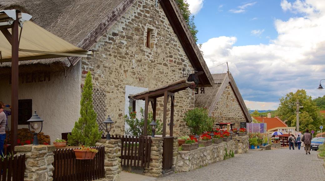 Tihany welches beinhaltet Geschichtliches, Straßenszenen und Haus
