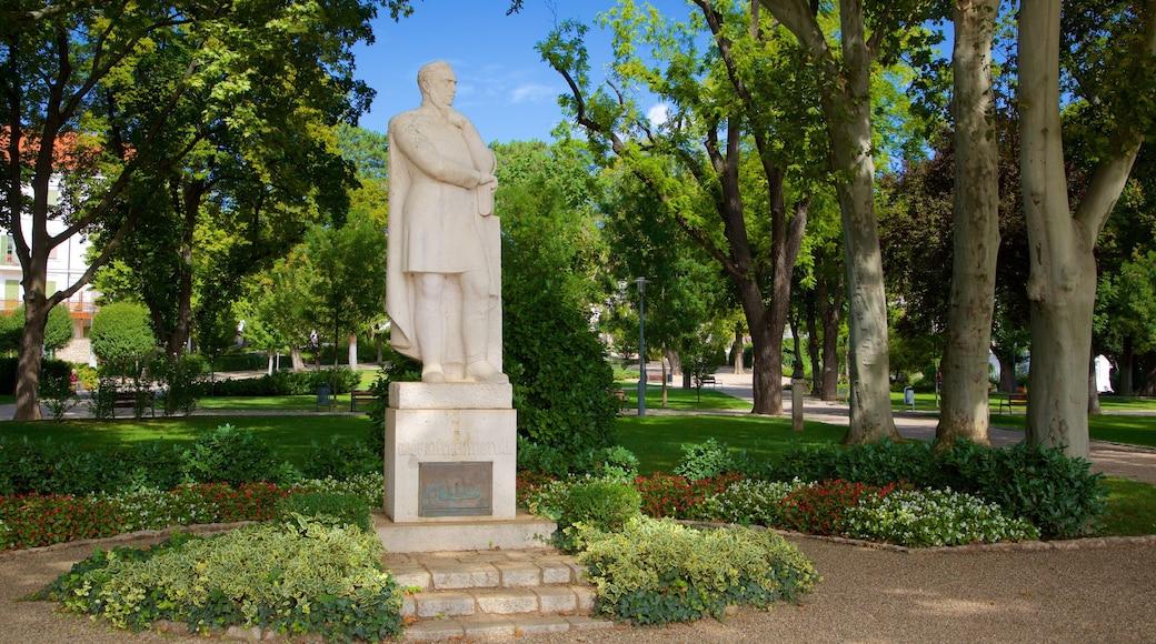 Balatonfured toont een park en een standbeeld of beeldhouwwerk