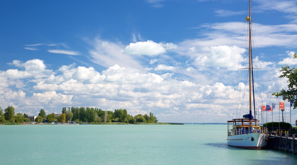 Balatonfüred mit einem Bucht oder Hafen und allgemeine Küstenansicht