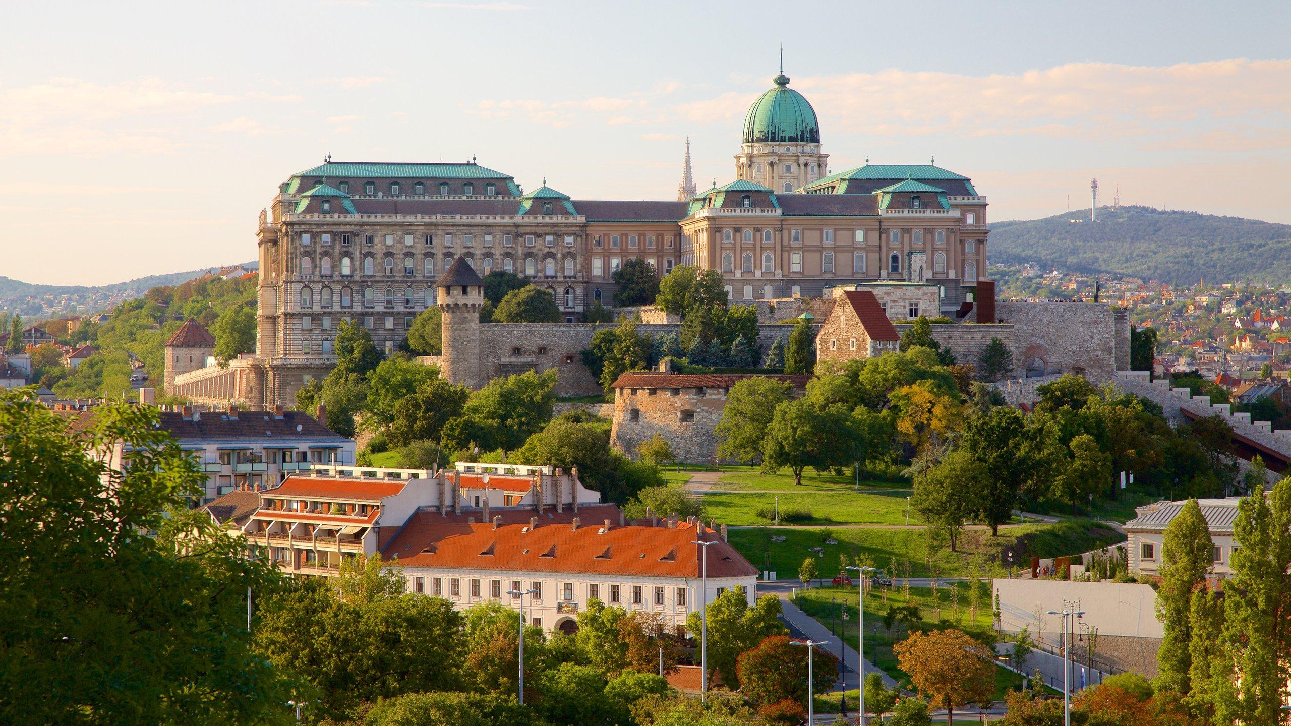 In dit vorstelijke gebouw, een van de hoogtepunten van de skyline van Boedapest, vind je ook diverse interessante musea.
