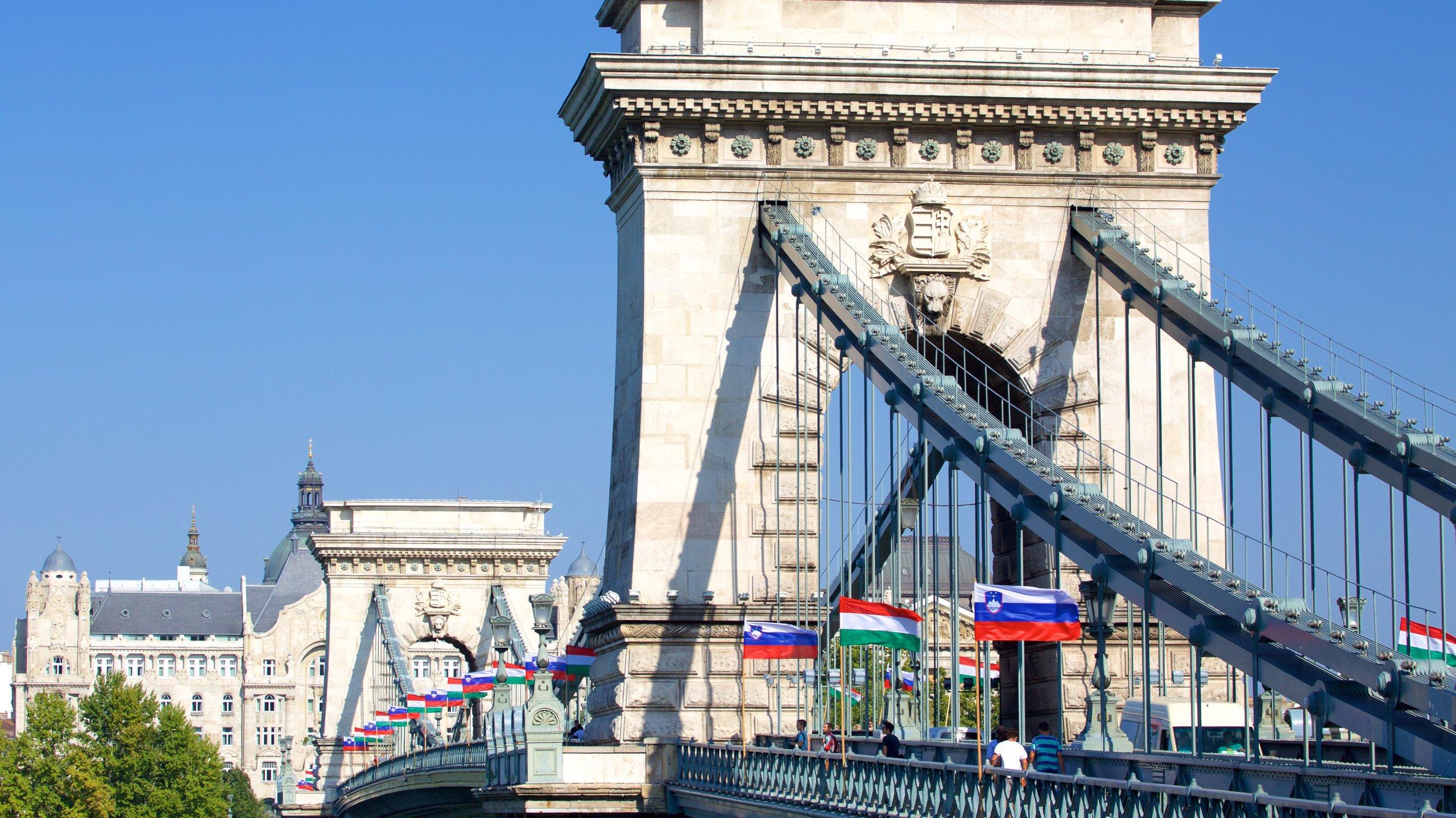 Ontdek alles over de intrigerende geschiedenis en bouw van de beroemdste brug van de stad, waarvanaf je interessante uitzichten hebt over de Donau.