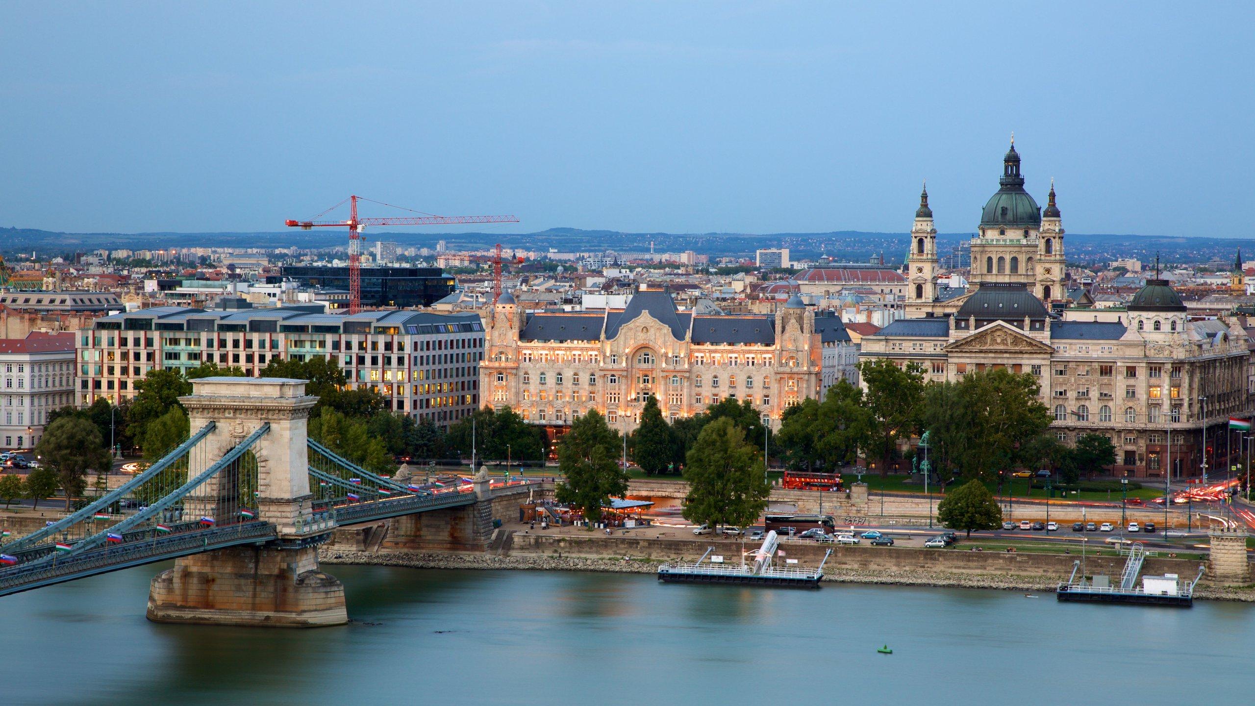 Ga met een lift naar de koepel van deze grote kerk om het prachtige uitzicht over Budapest en de Donau te bewonderen.