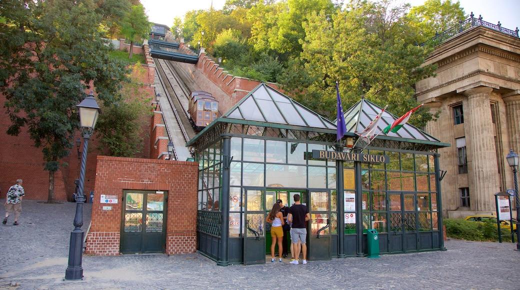 Standseilbahn Budavári Sikló das einen Eisenbahnbetrieb und Beschilderung sowie Paar