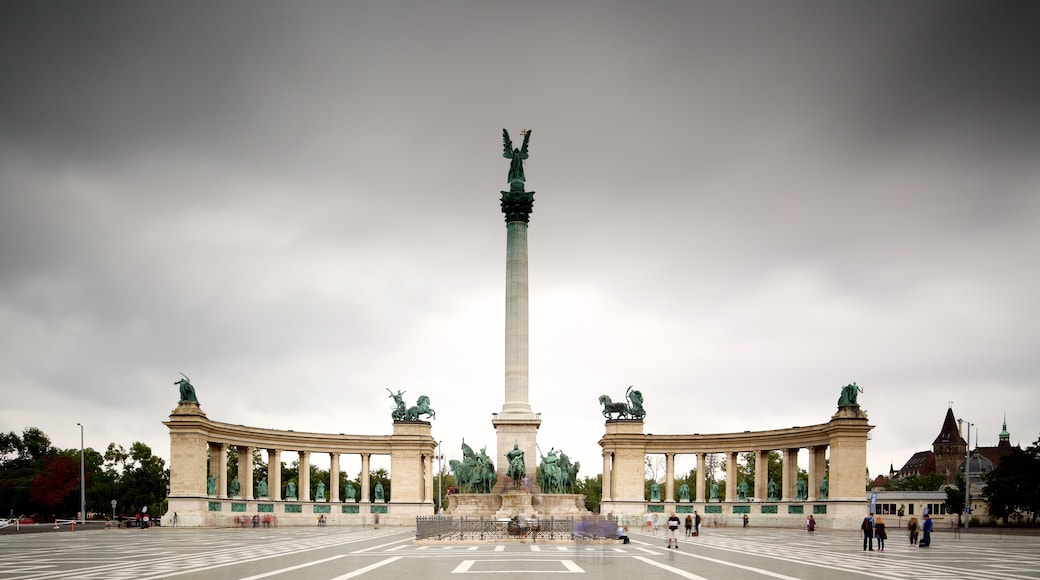 Heroes\' Square showing a square or plaza