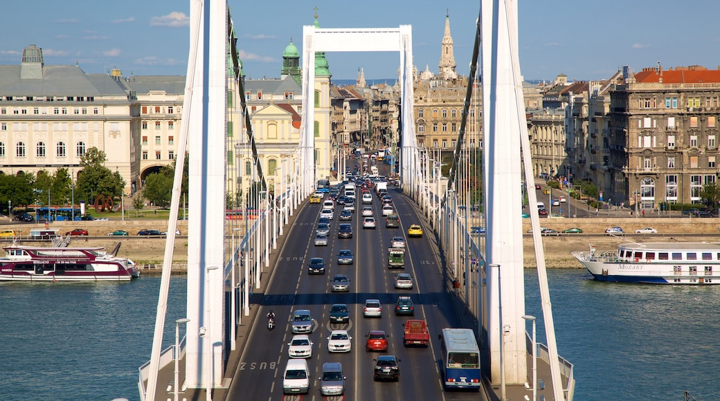 Elisabetin silta johon kuuluu riippusilta tai puutie, katunäkymät ja lahti tai satama