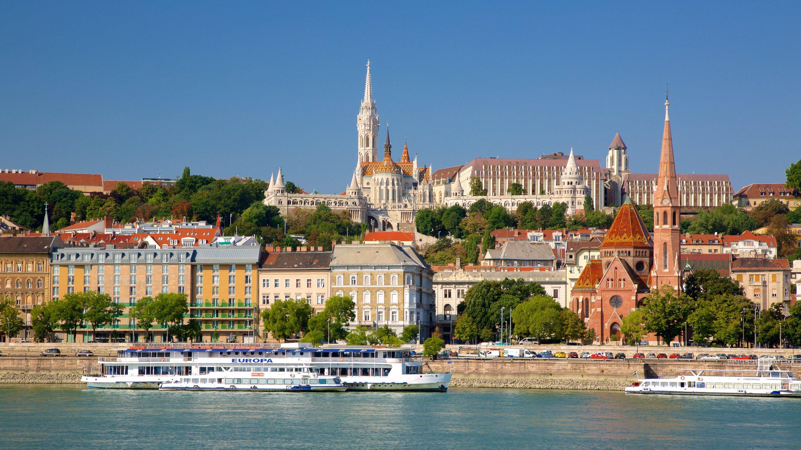 Geniet vanaf dit fascinerende neogotische bordes boven op de Burchtheuvel van geweldige uitzichten over de Donau en het oostelijk deel van Budapest.
