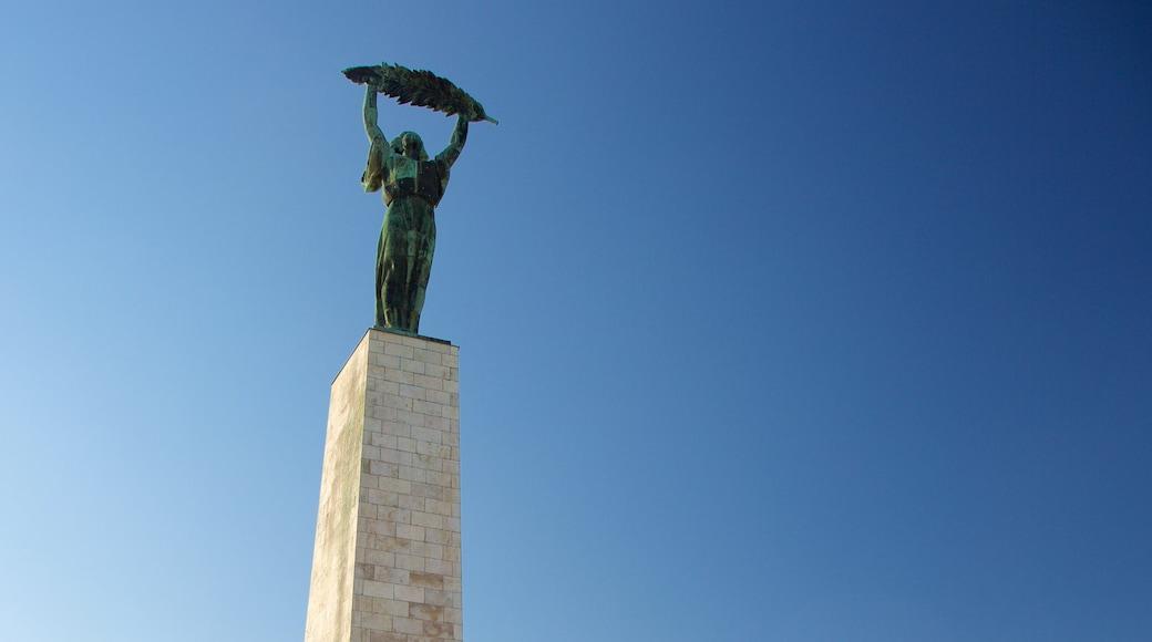 Statue de la liberté Szabadság-szobor qui includes statue ou sculpture et monument