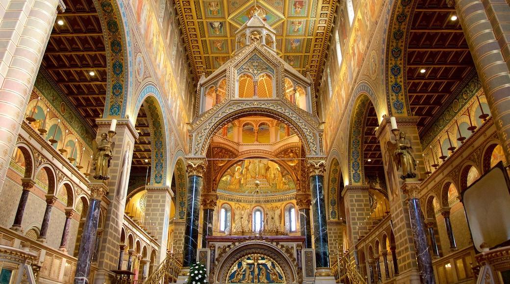 Pecs Cathedral welches beinhaltet Kunst, Innenansichten und religiöse Aspekte