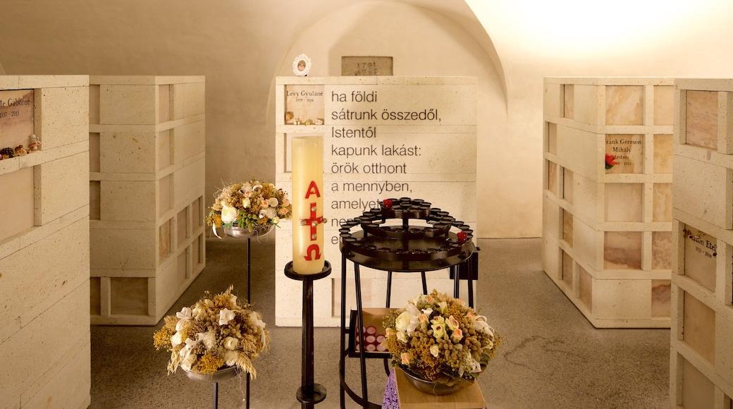 Kecsketemplom caracterizando vistas internas, aspectos religiosos e uma igreja ou catedral