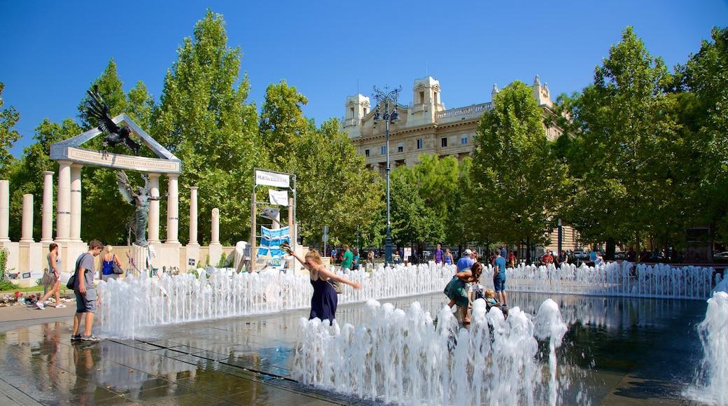 Budapest featuring lähde sekä pieni ryhmä ihmisiä