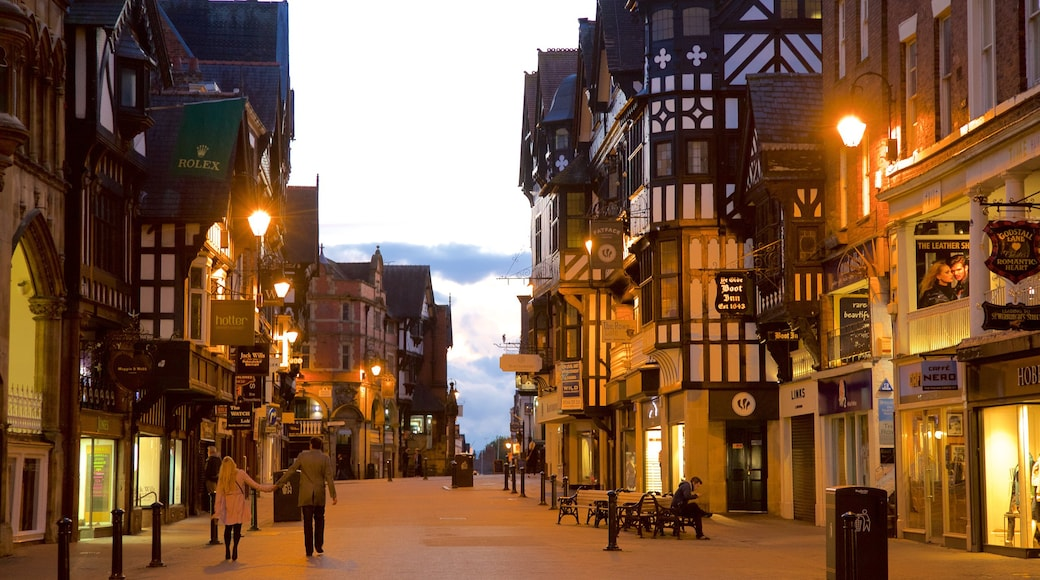 Chester showing a city, street scenes and heritage elements