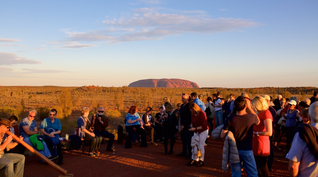 Yulara showing desert views as well as a large group of people