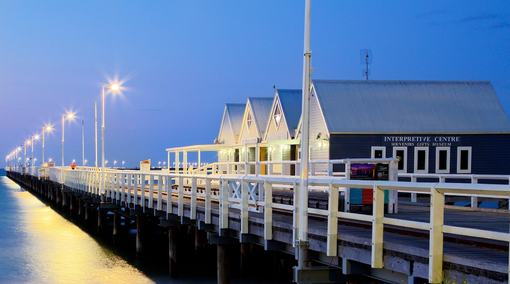 Busselton montrant scènes de nuit et vues littorales