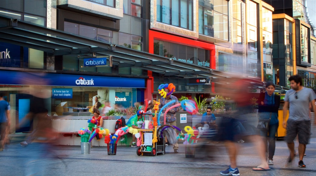 Queen Street Mall showing a city and street scenes