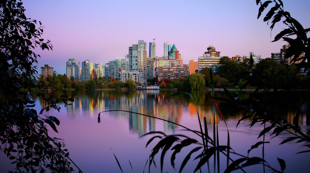 Stanley Park showing a city and a river or creek