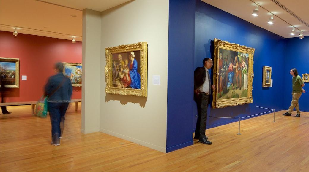 Galería de Arte de Vancouver mostrando arte y vista interna y también un pequeño grupo de personas