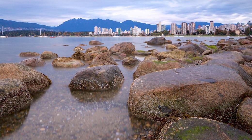 Playa Kitsilano mostrando vista general a la costa, una ciudad y una bahía o un puerto