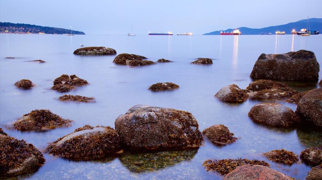 Playa Kitsilano ofreciendo una bahía o un puerto, un atardecer y vista general a la costa
