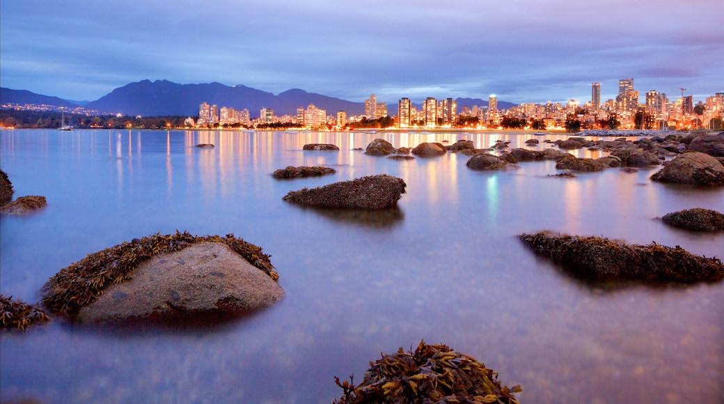 Playa Kitsilano que incluye vista general a la costa, una bahía o un puerto y escenas de noche