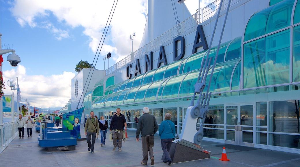 Canada Place ofreciendo arquitectura moderna y también un pequeño grupo de personas