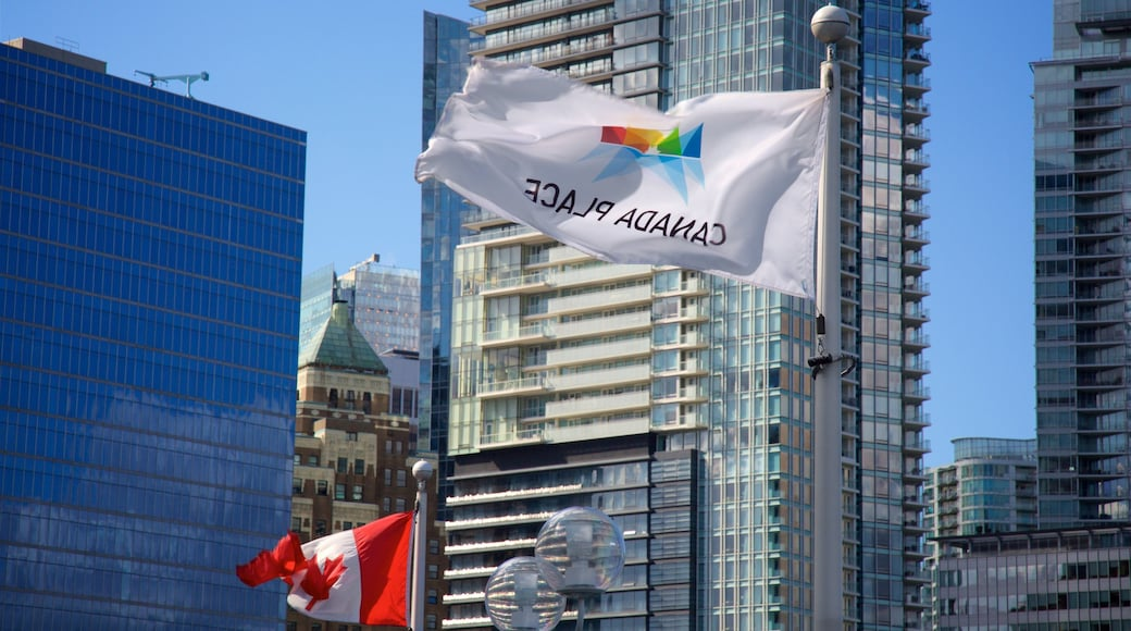 Canada Place mostrando arquitectura patrimonial, un edificio alto y arquitectura moderna