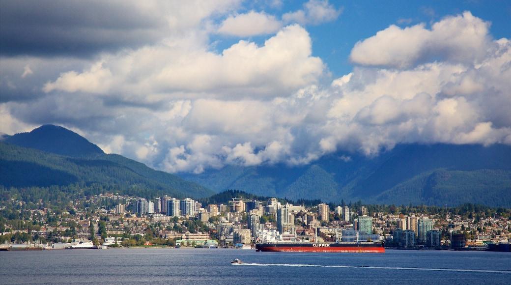 Canada Place que incluye montañas, una ciudad y una bahía o un puerto